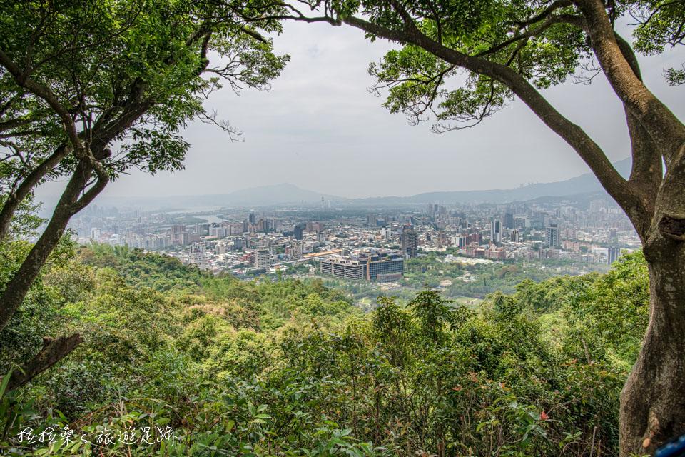 台北劍潭山步道途中的第七美觀音夕照