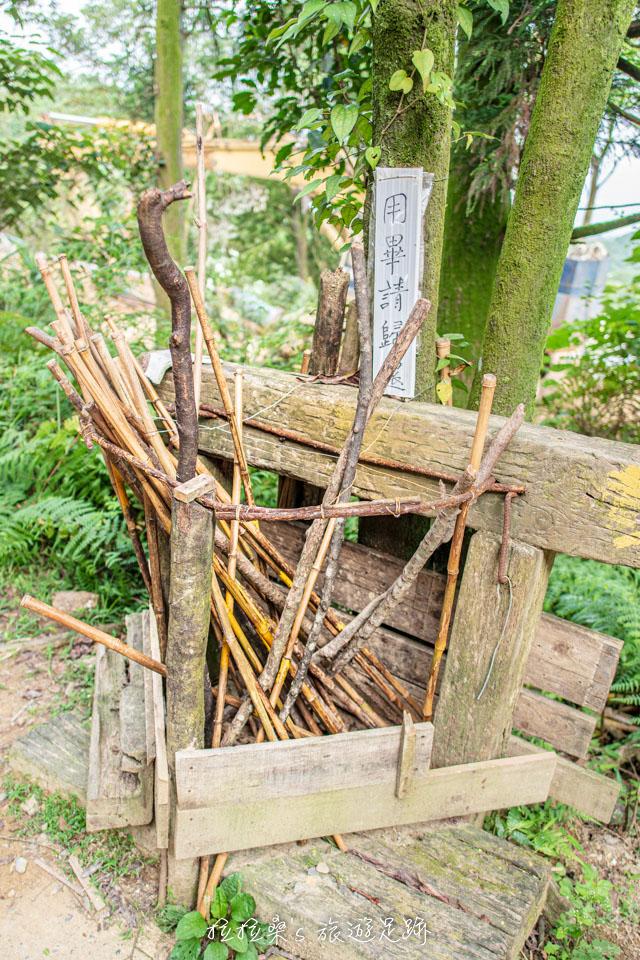 基隆姜子寮山步道口附近還有提供愛心登山杖