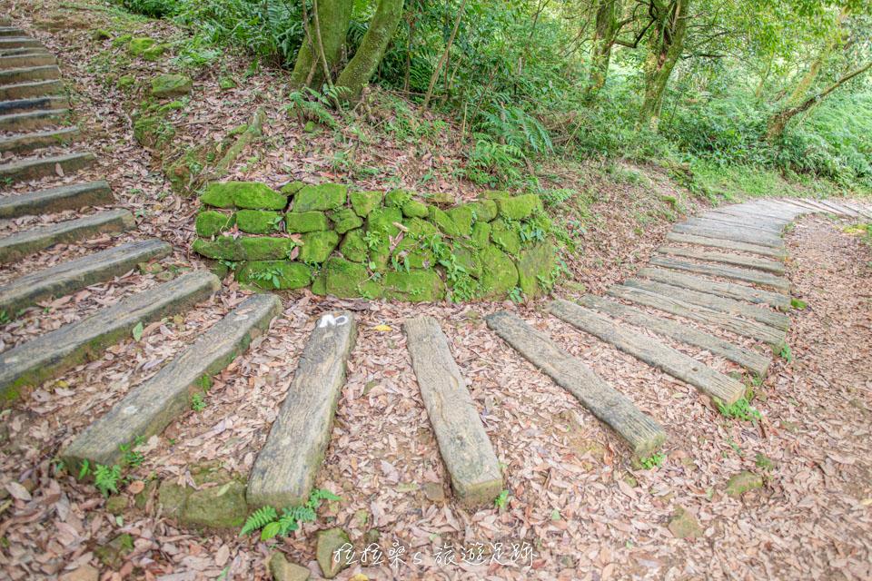 基隆姜子寮山步道以自然工法的枕木階梯為主,輕鬆好走