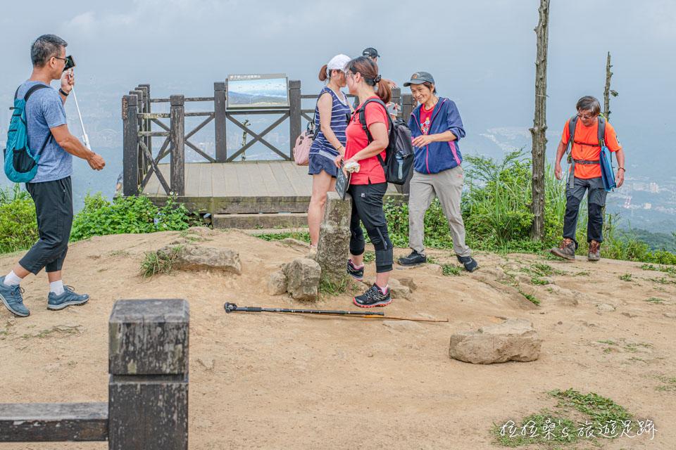 爬上基隆姜子寮山山頂,一定要來張自拍照紀念一下