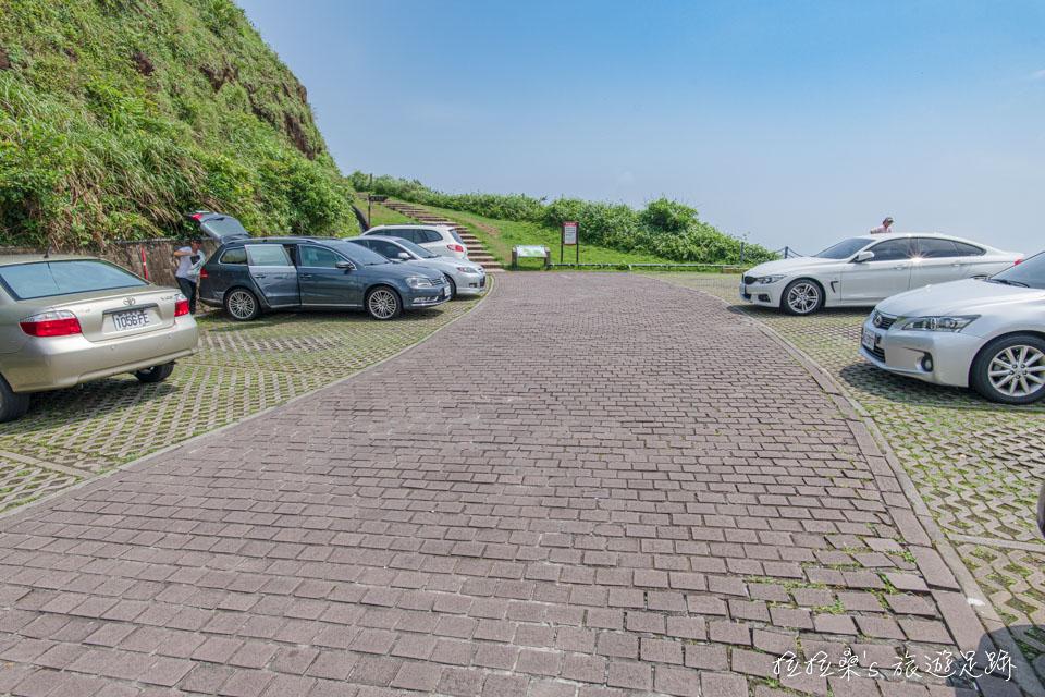 來龍洞岬步道可停在西靈嚴寺的免費停車場
