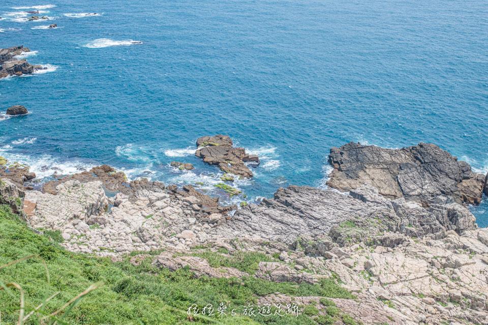 龍洞岬步道還能遠眺海岸邊的各種海蝕地貌