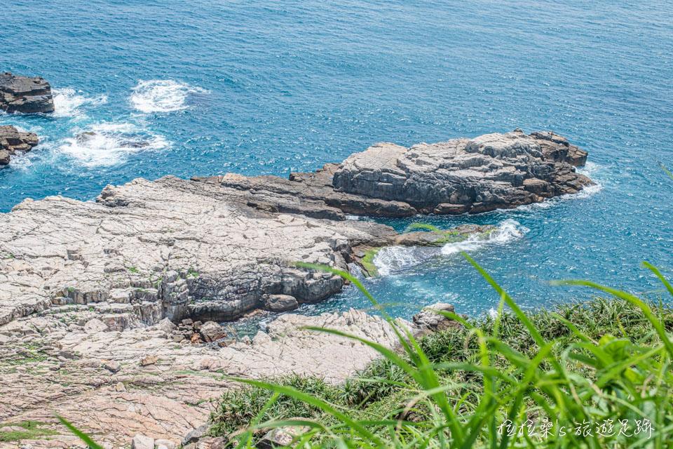 龍洞岬步道最具特色的峭壁岩層