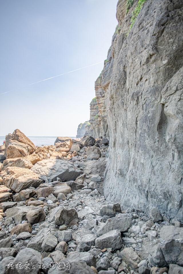 鼻頭角外灘秘境路線,沿著海岸穿梭於亂石中慢慢前行