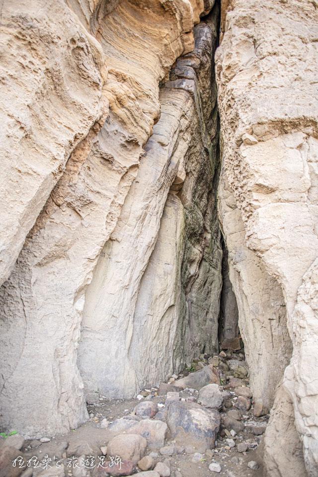鼻頭角外灘秘境景觀,高聳壯觀的海蝕洞