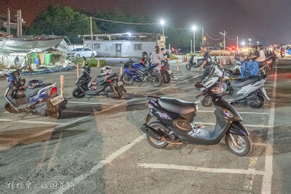 南投埔里城觀光夜市裡設有免費汽機車停車場