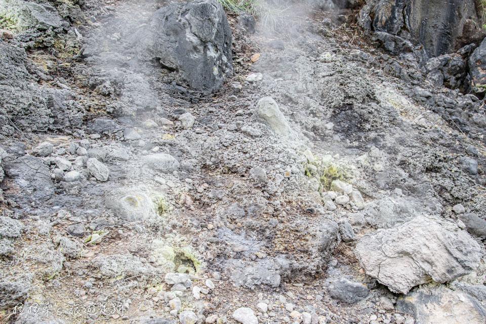 從小油坑登七星山沿途有特別的火山地貌