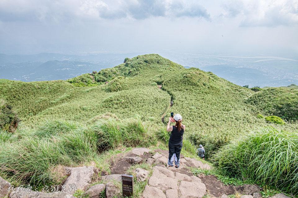 從七星山東峰另一端的步道能通往冷水坑