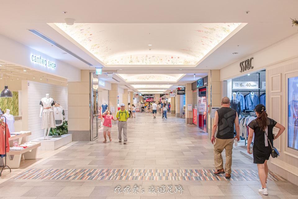 台中麗寶Outlet有分室內、室外兩區購物空間