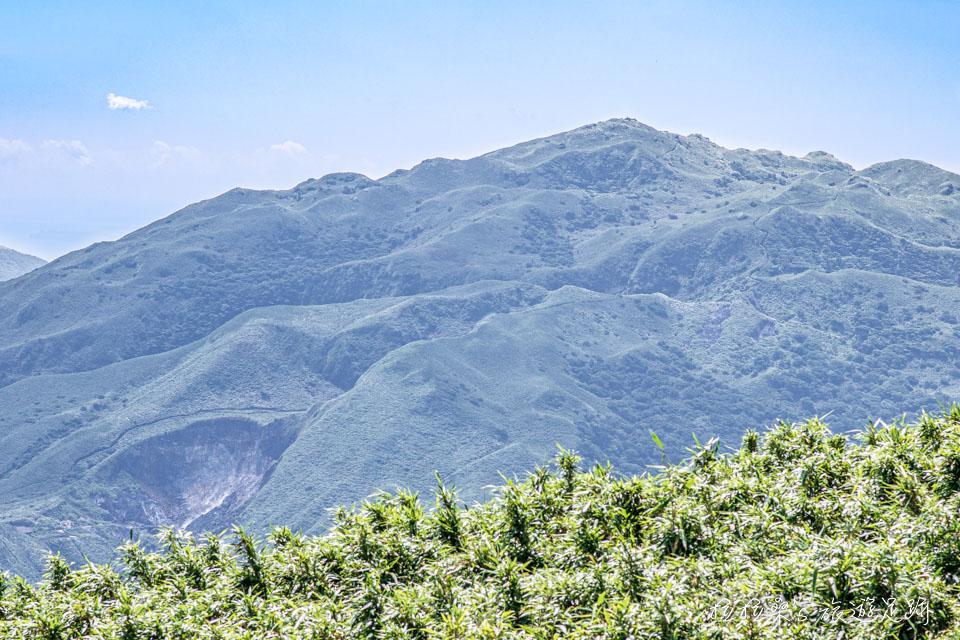 大屯山主峰登山步道有寬闊的視野,能遠眺小觀音山、七星山