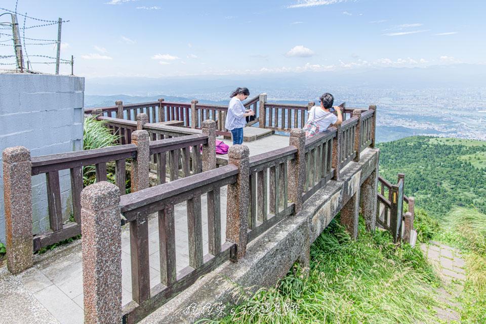 大屯山主峰登山步道終點處的觀景台展望很棒