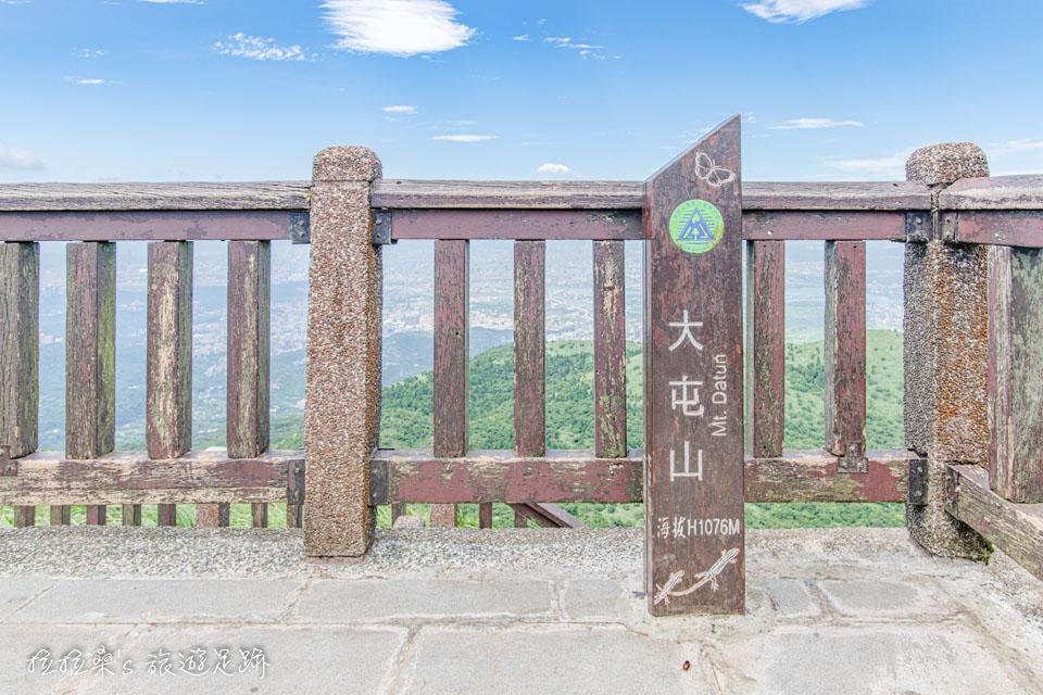 大屯山主峰登山步道終點的助航站