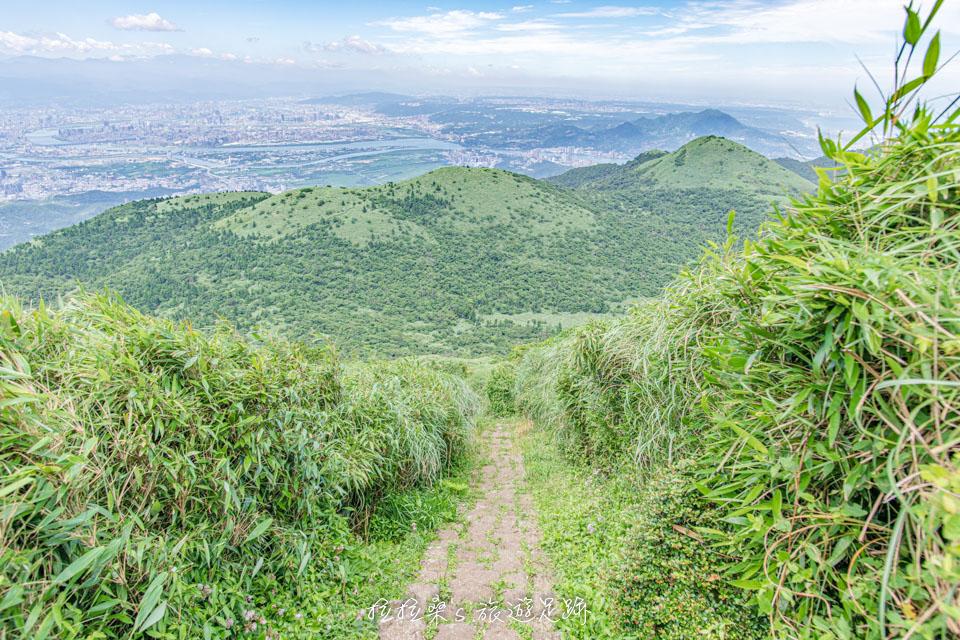 從大屯主峰往南峰的步道視野寬闊