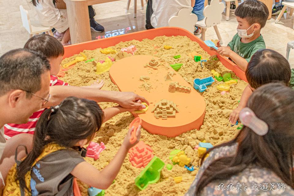 新北新莊宏匯廣場5F有許多適合孩子們的遊樂場