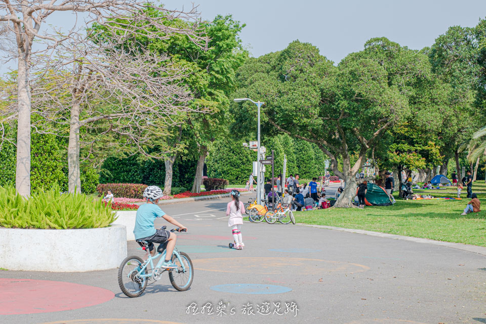 寬闊的台北花博公園新生園區很適合騎單車