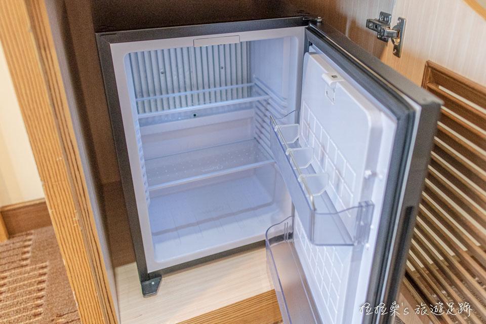 承萬渡假飯店房間內該有的衣櫃、冰箱、水、快煮壺、冷氣等都有