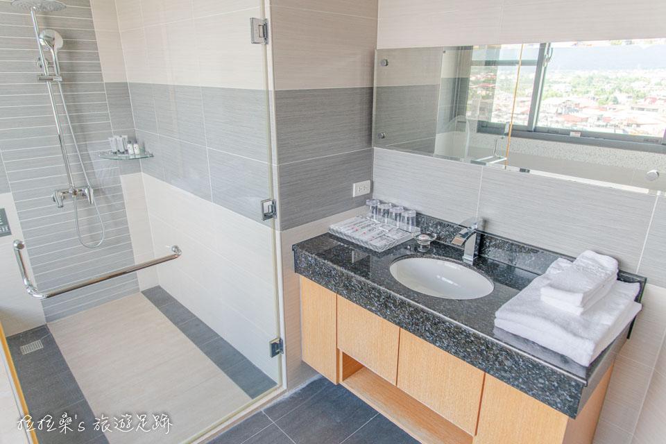 承萬渡假飯店四人房的廁空間、風景兼具