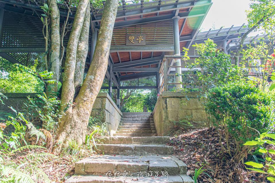 觀音山硬漢嶺步道上的雙亭