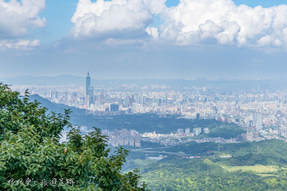 大尖山山頂的視野非常寬闊,白天晚上都能看到很美的風景