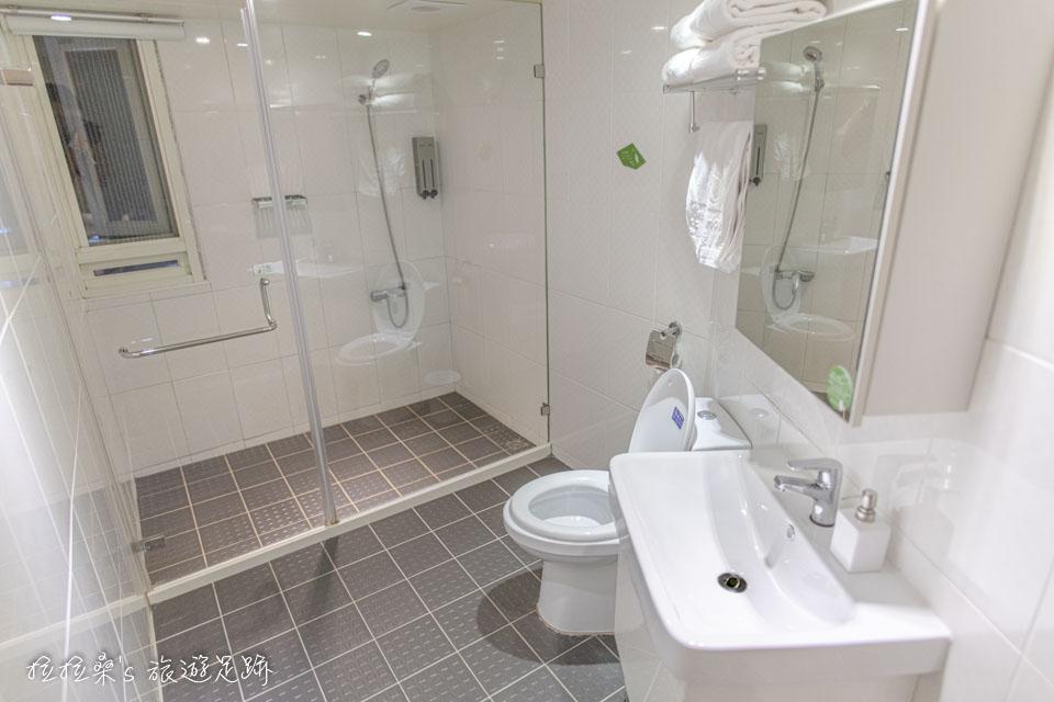 台中葉綠宿旅館乾濕分離的衛浴空間